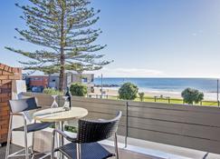 Beachfront Voyager Motor Inn - Burnie - Building
