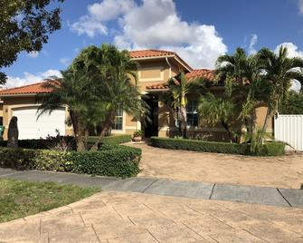 Fabulous Miami House - Miami Lakes - Building