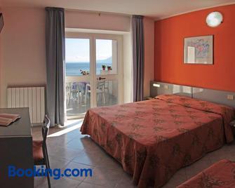 Hotel Villa Ombrosa - Portoferraio - Bedroom