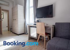 Zagreb City Vibe Apartments & Rooms - Zagreb - Living room