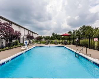 Baymont by Wyndham Madisonville - Madisonville - Zwembad