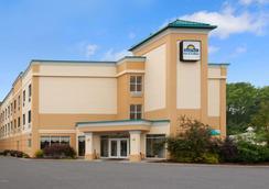 Days Inn & Suites by Wyndham Albany - Colonie - Cảnh ngoài trời