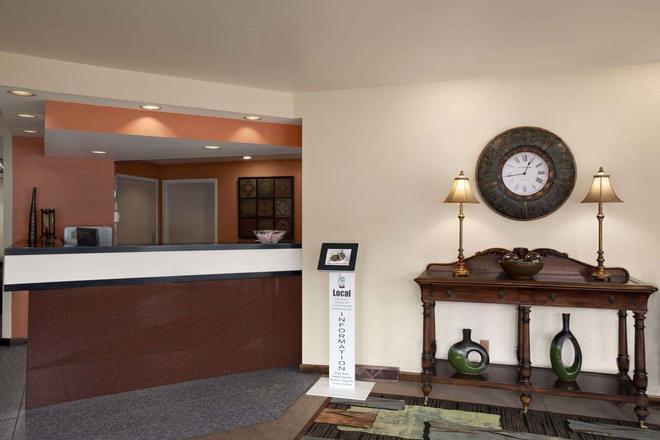 Days Inn & Suites by Wyndham Albany - Colonie - Lễ tân