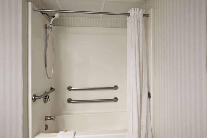 Days Inn & Suites by Wyndham Albany - Colonie - Phòng tắm