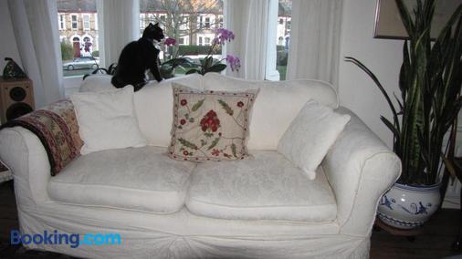 Holmewood Homestay - London - Living room