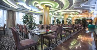 Ramada by Wyndham Kazan City Center - קאזאן - מסעדה