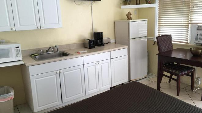 Hollywood Beach Hotels - Hollywood - Kitchen