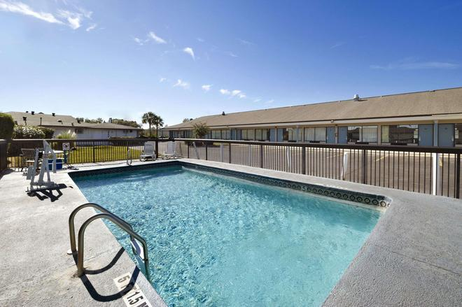 Travelodge by Wyndham Hinesville - Hinesville - Pool