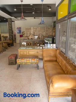 Home & Teak Residence - Jinhu - Front desk