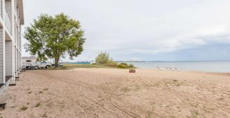 Ramada by Wyndham Mackinaw City Waterfront - Mackinaw City - Strand