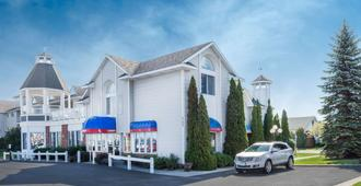 Ramada by Wyndham Mackinaw City Waterfront - Mackinaw City - Building