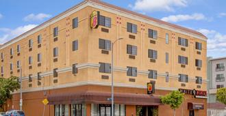 Super 8 by Wyndham Hollywood/LA Area - Los Angeles - Building