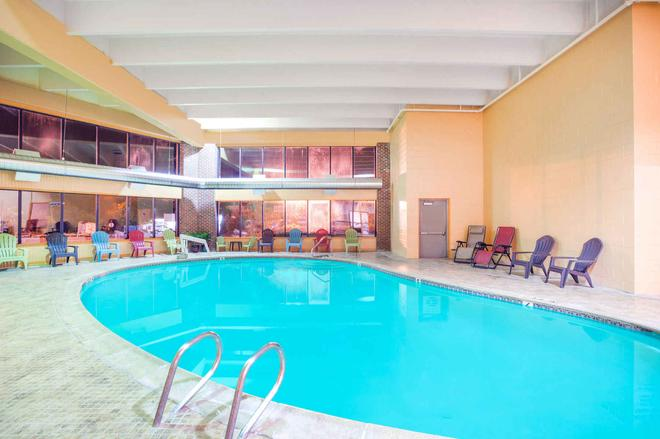 Howard Johnson by Wyndham South Portland - South Portland - Piscina