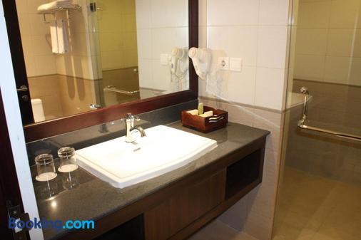 Varna Culture Hotel Soerabaia - Surabaya - Bathroom
