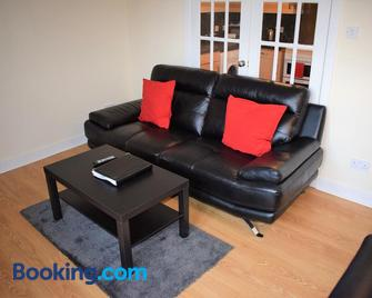 Kelpies Serviced Apartments Callum- 3 Bedrooms- Sleeps 6 - Livingston - Living room