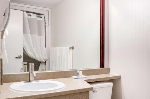 Comfort Inn - Halifax - Bathroom