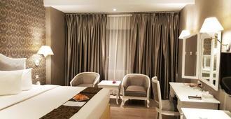 Le Polonia Hotel & Convention Medan - Medan - Bedroom