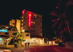 Ramada Suites by Wyndham Wailoaloa Beach Fiji - Nadi - Building