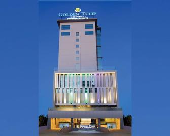 Golden Tulip Essential Makassar - Makassar - Gebäude