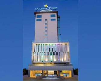 Golden Tulip Essential Makassar - Макассар - Building