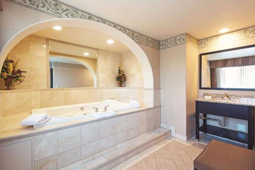 La Quinta Inn & Suites by Wyndham Boise Towne Square - Boise - Bathroom