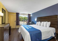 Days Inn by Wyndham Hampton Near Coliseum Convention Center - Hampton - Schlafzimmer