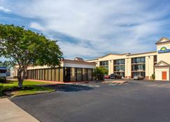 Days Inn by Wyndham Hampton Near Coliseum Convention Center - Hampton - Gebäude