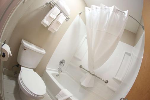 Super 8 by Wyndham Portsmouth - Portsmouth - Bathroom