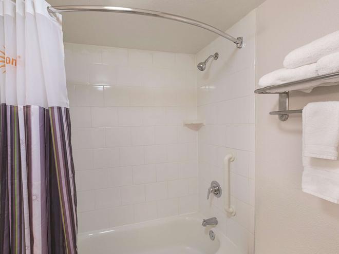 La Quinta Inn & Suites by Wyndham Sarasota Downtown - Sarasota - Bathroom