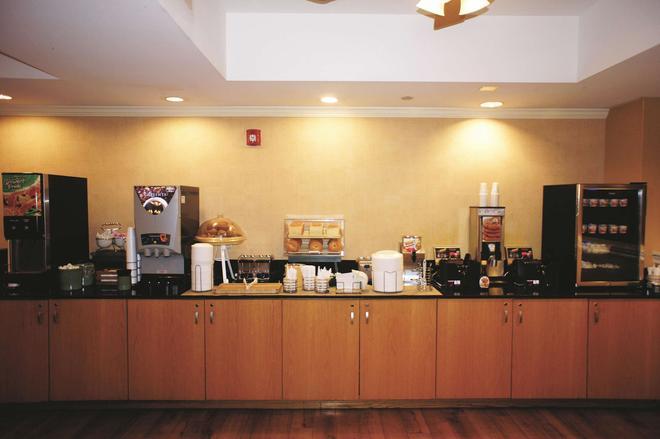 La Quinta Inn & Suites by Wyndham Sarasota Downtown - Sarasota - Buffet