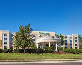 La Quinta Inn & Suites by Wyndham Sarasota Downtown - Sarasota - Building