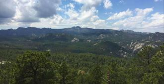 Magnuson Grand Rushmore View - Keystone - Outdoors view