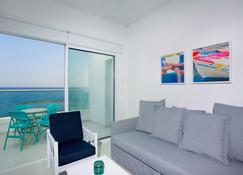 Limassol On The Beach Apartment - Limasol - Oturma odası