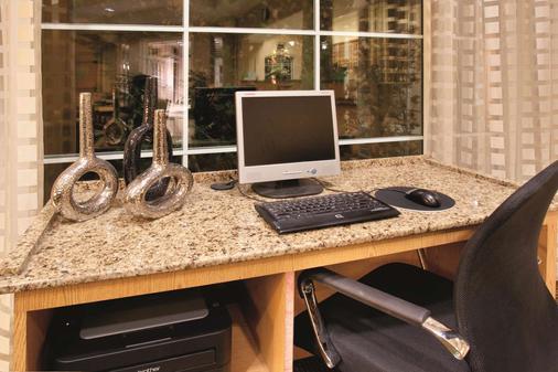 La Quinta Inn & Suites by Wyndham Colorado Springs Airport South - Colorado Springs - Liikekeskus