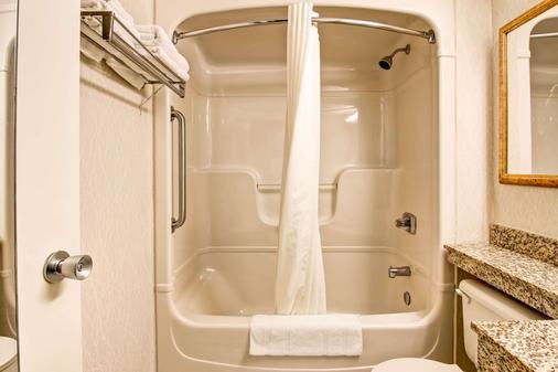 Quality Inn - Kitchener - Bathroom