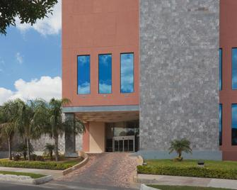 Best Western PLUS Nuevo Laredo Inn & Suites - Nuevo Laredo - Gebäude