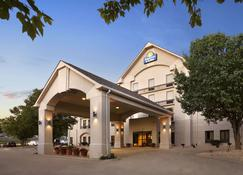 Days Inn & Suites by Wyndham Cedar Rapids - Cedar Rapids - Building