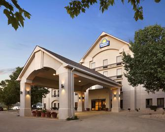 Days Inn & Suites by Wyndham Cedar Rapids - Cedar Rapids - Gebouw