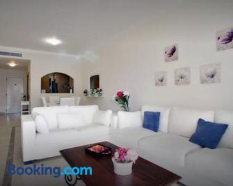 Apartamento con Jardin - San Roque - Huiskamer