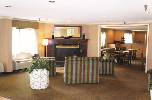 坎薩斯城北拉昆塔套房酒店 - 北堪薩斯市 - 堪薩斯城 - 客廳