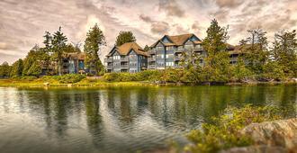 Waters Edge Shoreside Suites - יוקלולט - בניין