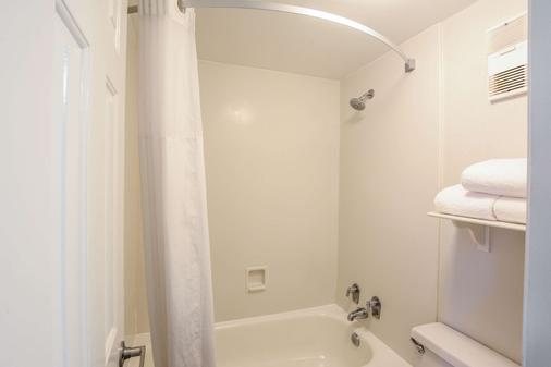 Quality Inn and Suites - North Charleston - Bathroom