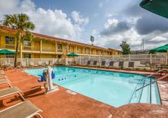 Quality Inn and Suites - North Charleston - Bể bơi