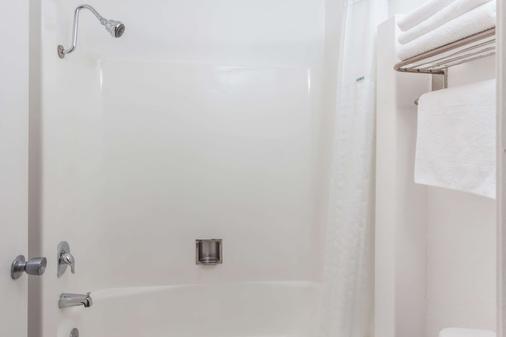Travelodge by Wyndham Fullerton Near Anaheim - Fullerton - Bathroom