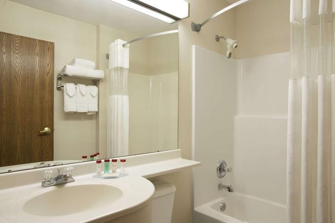 Ramada Limited Bloomington - Bloomington - Μπάνιο