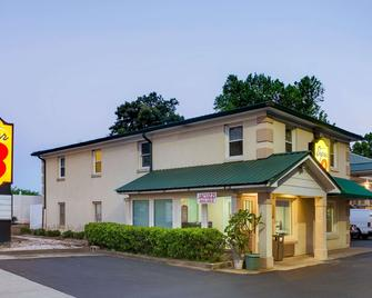 Super 8 by Wyndham Charlotte Downtown Area - Charlotte - Building