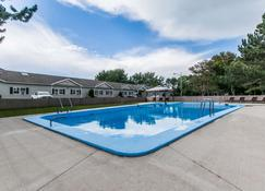 Quality Inn & Suites Garden of the Gulf - Summerside - สระว่ายน้ำ