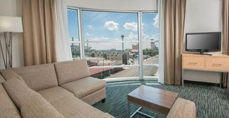Holiday Inn Express San Antonio Rivercenter Area, An IHG Hotel - San Antonio - Living room