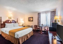 Quality Inn & Suites Albany Airport - Latham - Bedroom