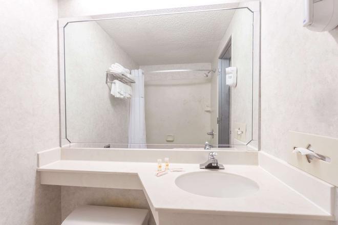 Days Inn & Suites by Wyndham Lexington - Lexington - Baño
